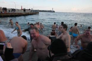 В Ялте прошел крестный ход и омовение в море (фото)