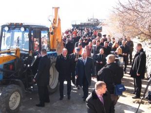 В Ялте Могилев на тракторе сносил заборы