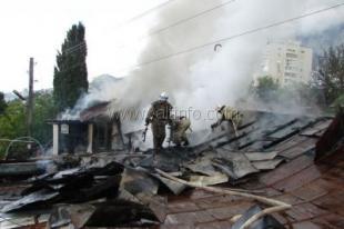 Замыкание стало причиной пожара в Ялте, оставившего 65 человек без крова (ВИДЕО)