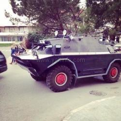 Военный автомобиль покинул центр города под натиском ялтинцев