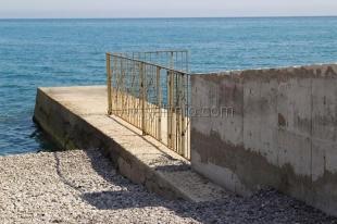 На ялтинских пляжах  снова появляются заборы