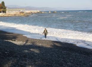 После бури. В Крыму снова открыли пляжный сезон и ищут золото