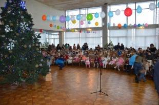 По Ялте шагают новогодние елки для детей