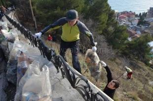 В Ялте с привлечением альпинистов убрали видовую площадку на Поликуровском холме