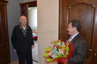 Ялтинские депутаты поздравляют ветеранов с Днем защитника Отечества и вручают им медали к 70-летию Великой Победы