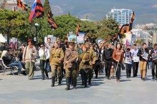 В Ялте провели шествие «Наследники Победы – дорогой освободителей» и развернули 100-метровую Георгиевскую ленту