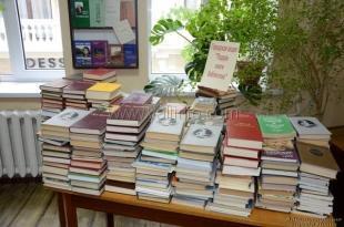 В рамках акции «Подари книгу библиотеке» «Молодая Гвардия Единой России» подарила ялтинским библиотекам 200 книг