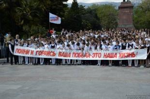 На ялтинской набережной хором исполнили песню «День Победы»