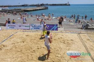Пляжный теннис в Ялте: на набережной в День России представили новый вид спорта