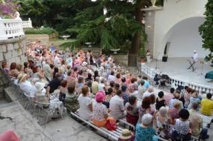 Дети войны побывали на концерте в Никитском саду
