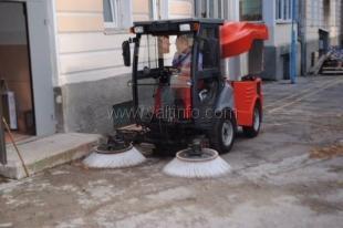 На территории одной из школ презентовали уборочный мини-автомобиль коммунальной службы
