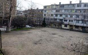 В Ялте на ул. ЮБШ, 32 реконструируют спортивную площадку
