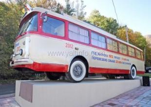 В Крыму на Ангарском перевале установили памятник троллейбусу