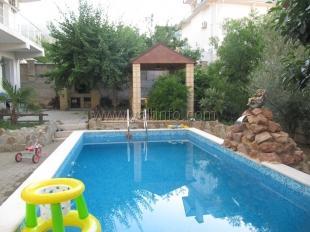 Трёхэтажная вилла с бассейном в Отрадном