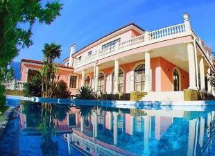 Дом-вилла с бассейном в Гурзуфе