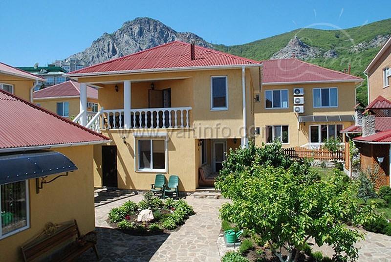 Отель расположен недалеко от моря, состоит из 7 номеров класса люкс и коттеджа